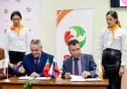 договор о сотрудничестве между ФВРТ и ПГАФКСиТ подписывают исполнительный директор ФВРТ Мансур Каримов и ректор ПГАФКСиТ Юсуп Якубов